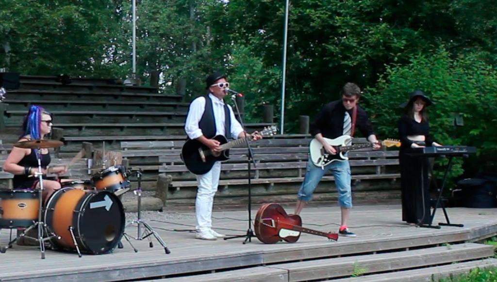 PJ Tolppa & Elegia treenaavat ja sovittavat vanhoista runoista sävellettyjä kappaleita. Ota bändin YouTube-kanava seurantaan.
