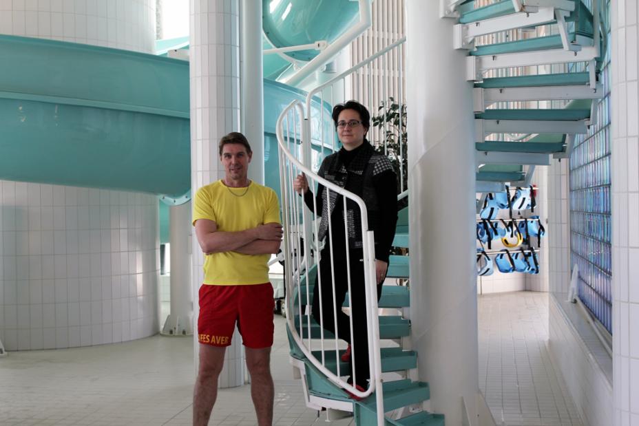 Uinninvalvonnan esimies Pasi Kolu, toimitusjohtaja Reija Kolehmainen sekä Kuohun ylpeys, 40-metrinen vesiliukumäki.