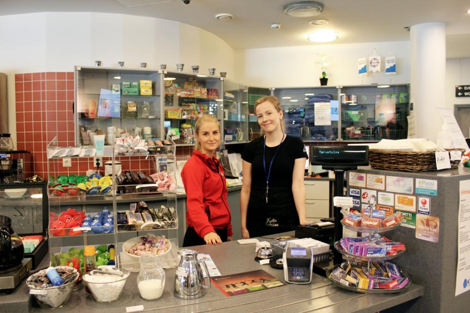 Kahvila Kuohun Pisara tarjoaa viihtyisän miljöön hengähtää uintireissun jälkeen. Jonna Pulkkinen ja Heidi Ahola ottavat uimahallin asiakkaat vastaan hymyssä suin.