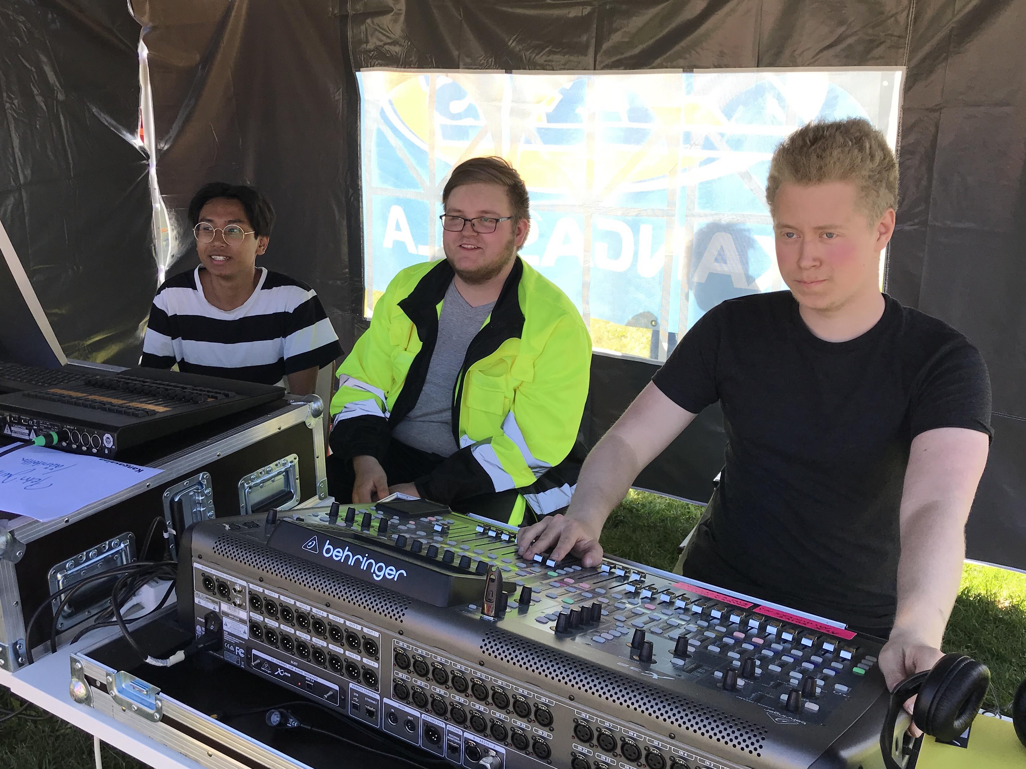 Skandium Media eli Warit Kohonen (vas), Santtu Reinikka ja Aleksi Nurminen työssään Omppurokissa toukokuussa 2019 Kangasalla.