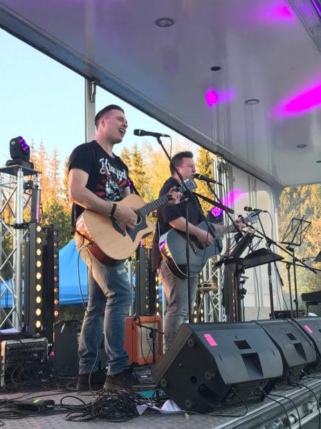 Joskus miksattavaksi astuu The Voice of Finland -voittaja! Markus Salon (oik) ja Saku Aulamon SRD-duo esiintyi Omppurokissa.