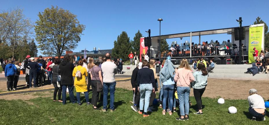 Omppurokki keräsi PIkkolaan omenapuutarhaan päivällä ihanasta aurinkopäivästä nauttivia koululaisia. Tapahtuman äänentoiston ja lavetekniikan hoiti Skandium Media Oy.