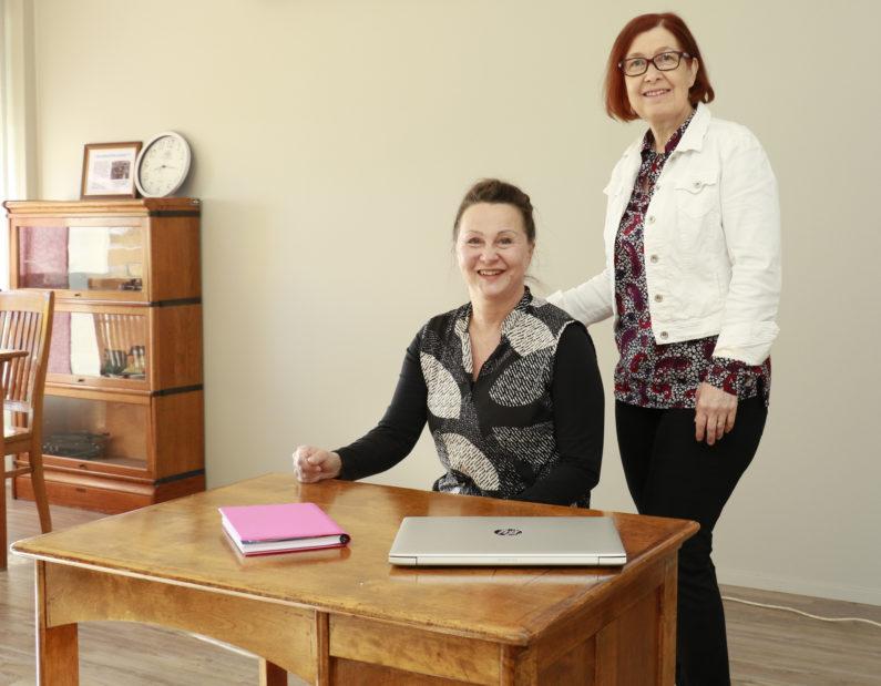 Terveydenhoitaja Rauni Lankinen opettaa ensiaputaitoja käytännönläheisesti. Marjo Hyödynmaa huolehtii puolestaan siitä, että ammattikuljettajat saavat ensiapukursseiltakin tarvitsemansa rekisteröinnit.